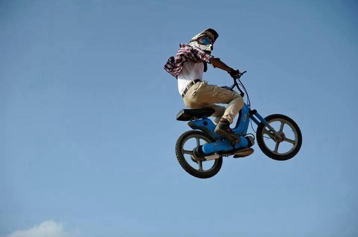 flying-vespa-moped-si-piaggio-jump1
